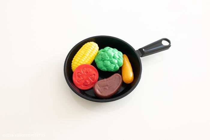おもちゃのフライパンと野菜