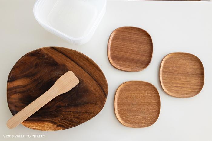 木製のお皿とタッパー