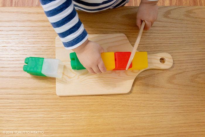 子どもの手とおもちゃのブロック