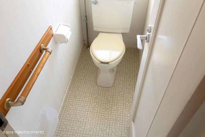 古いクッションフロアの床のトイレ