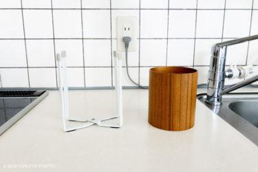 キッチンにおかれた山崎実業の生ごみ用ゴミ袋ホルダーと木目調のおしゃれなゴミ箱