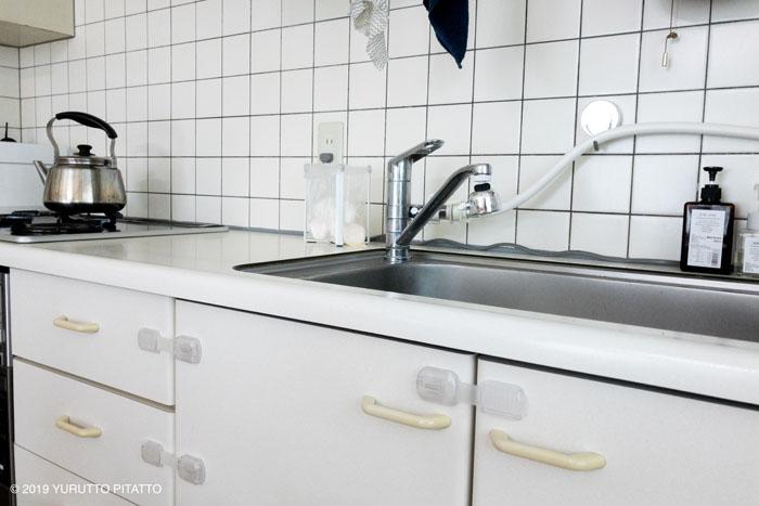 白を基調にしたキッチンとゴミ袋ホルダー