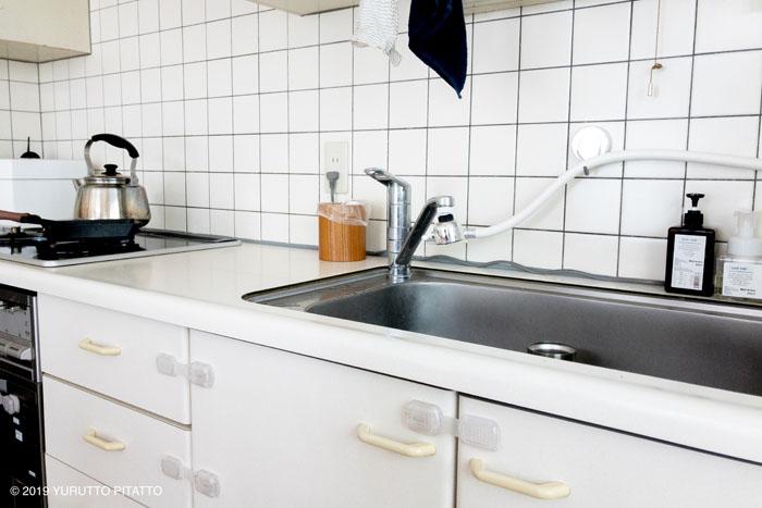 白を基調にしたキッチンと木目調のゴミ箱