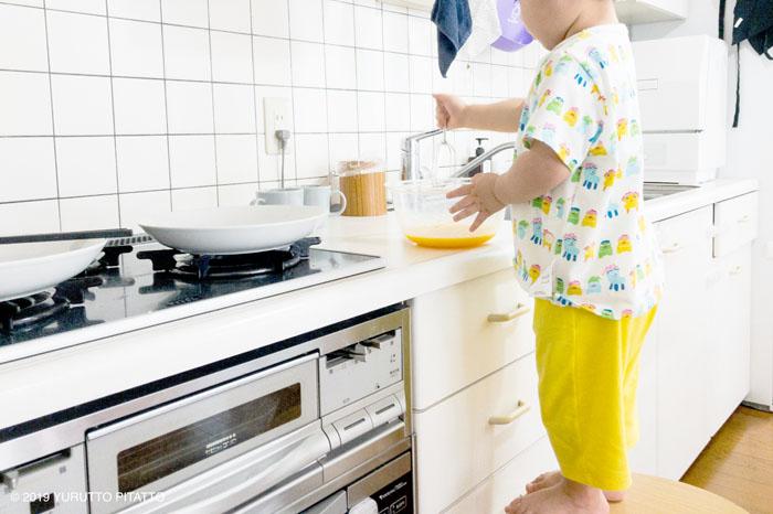 キッチンで手伝う子ども