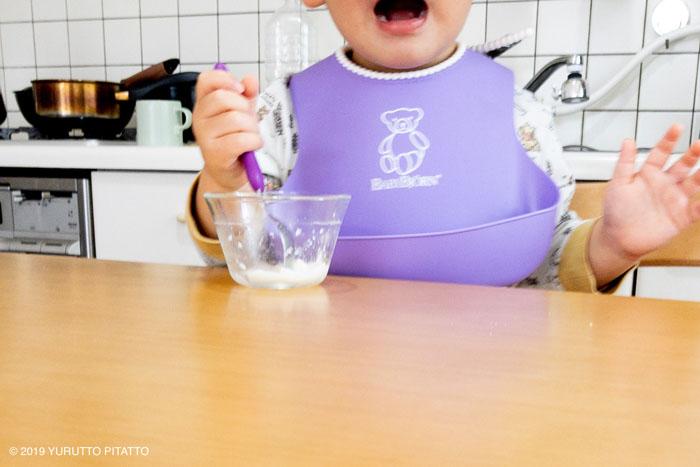 牛乳プリンを食べる子ども