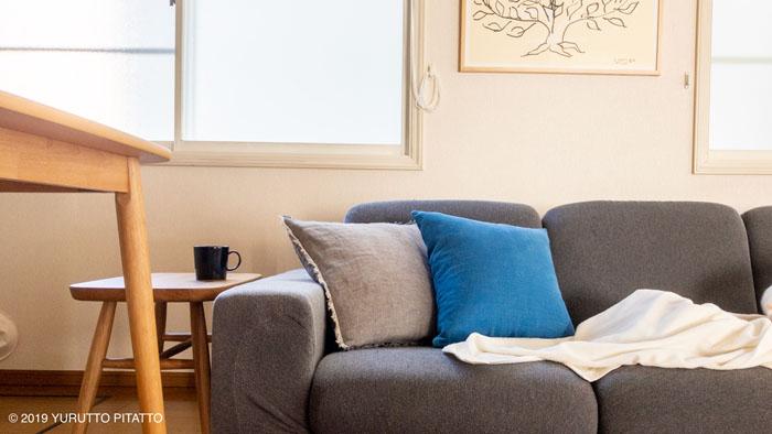グレーのソファーとブルーのクッション