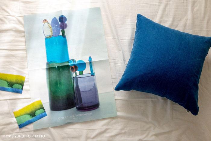青いクッションカバーとマリメッコのポストカード
