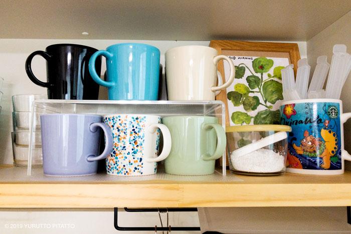 キッチンの見せる収納に並んだティーママグ