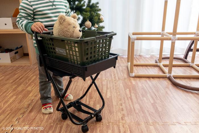 おもちゃのカートを押す子ども