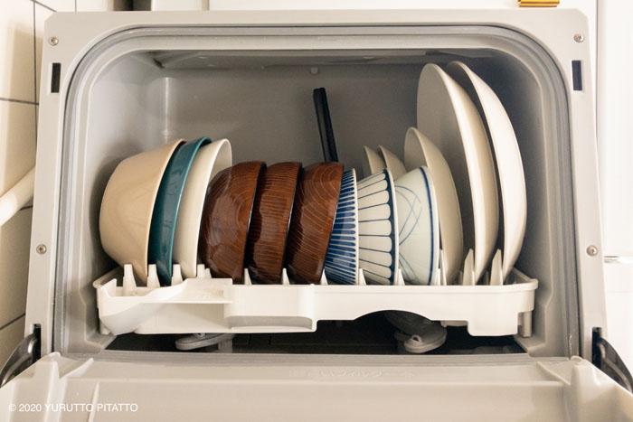 食洗機におさまる汁椀と他の食器