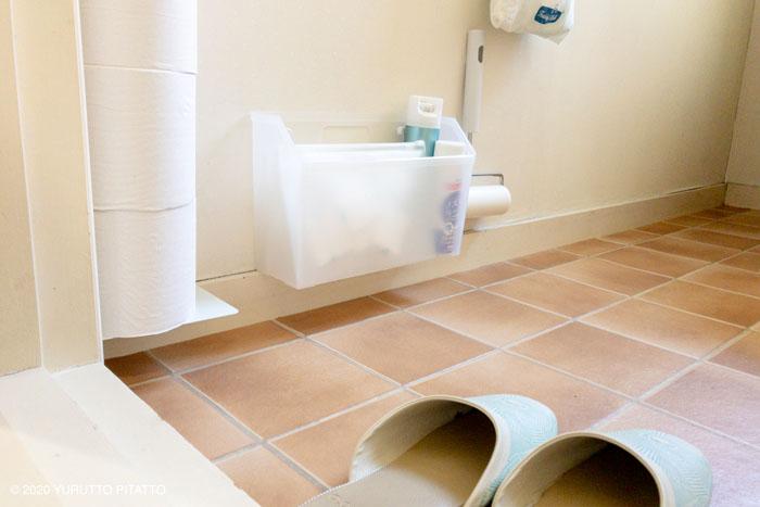 トイレの浮かせる収納とパントゥフルのスリッパ