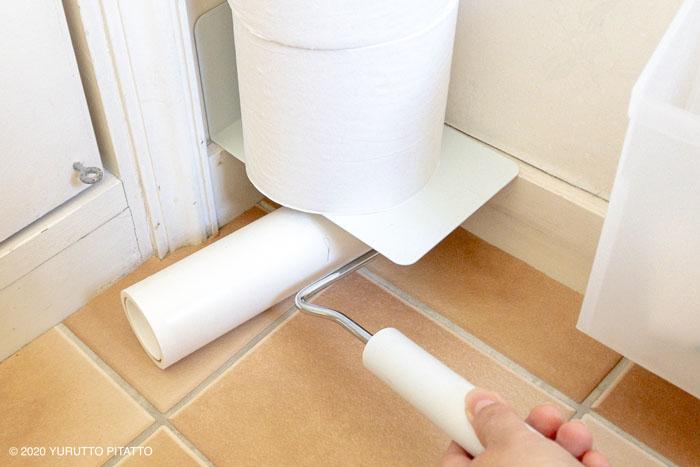 トイレの床をコロコロで掃除