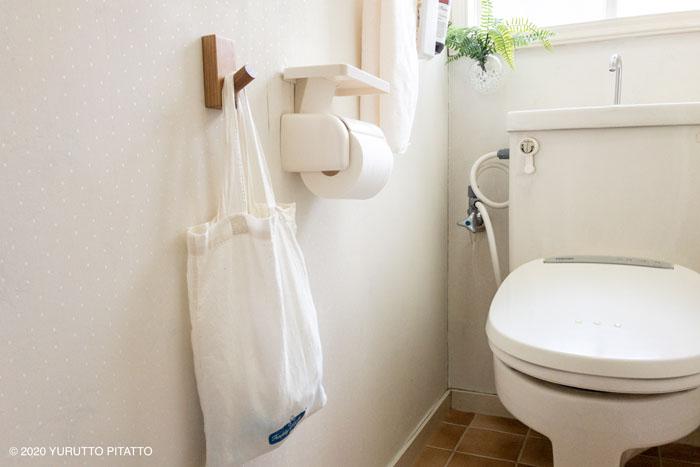 サニタリー用品はおしゃれなバッグへ入れて無印のフックにかけて収納