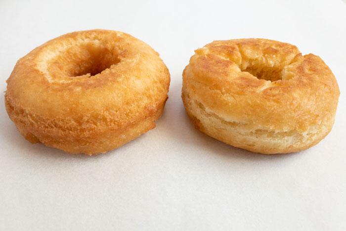 型抜きしたドーナツと手で作ったドーナツ