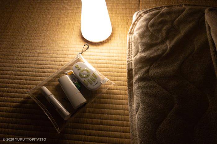 ニトリのライトと無印のTPUクリアケースを置いた枕元