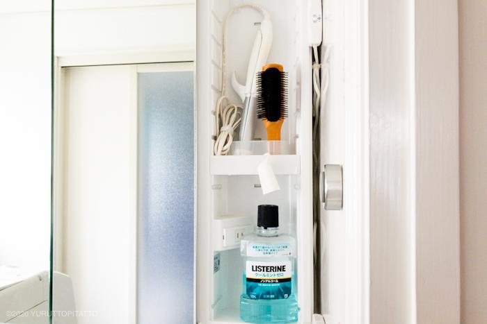 洗面台横の隙間にコードを隠す