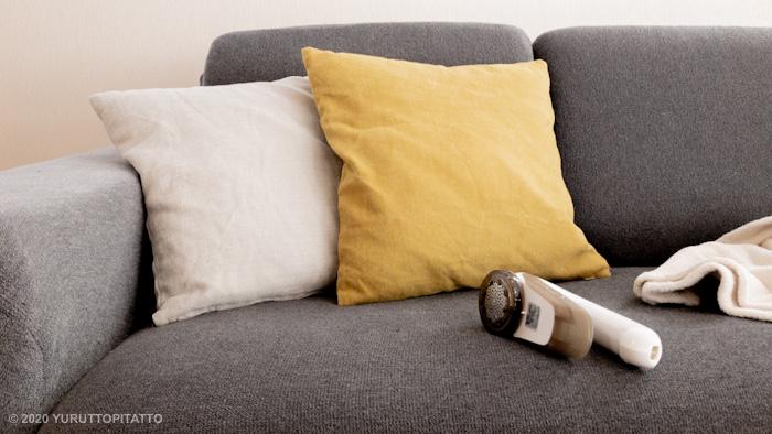 ソファーの上の毛玉取り器毛玉取り器。毛玉とるとるKC-NW77