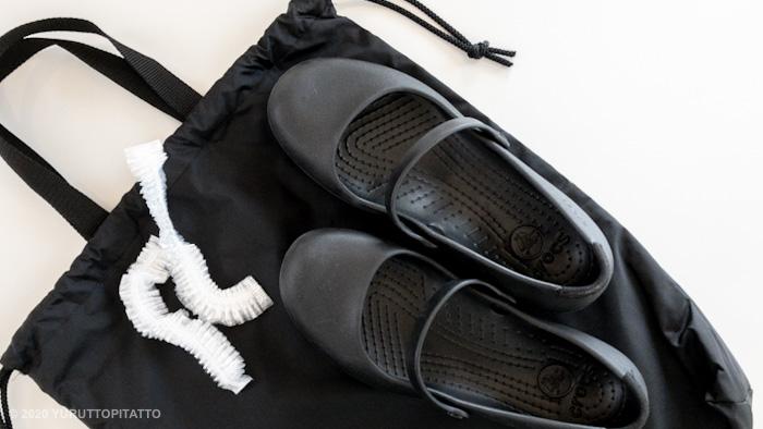 保護者用の上履きと収納袋、土足カバー用のヘアキャップ