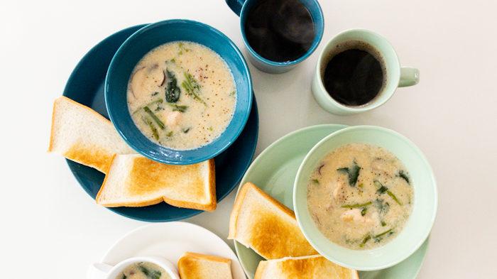 シンプルなトーストとスープ。ティーマペトロールブルーとティーマセラドングリーン。