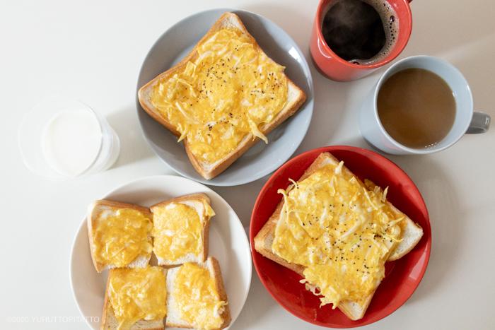 千切りキャベツとチーズ入りスクランブルエッグトーストとティーマパールグレー、テラコッタ。