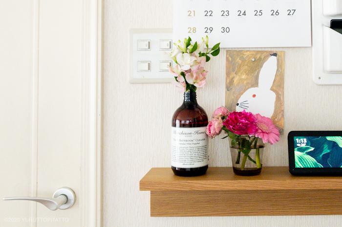 無印の壁につけられる家具とピンクの花