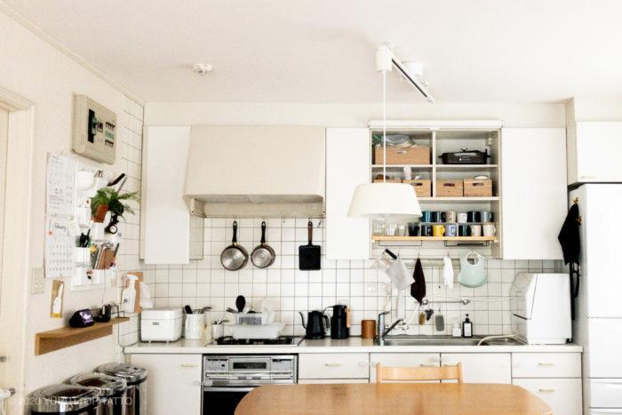 白い賃貸キッチンのインテリア。