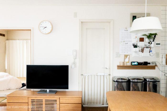 シンプルインテリアのリビング。ウーテンシロと壁につけられる家具。