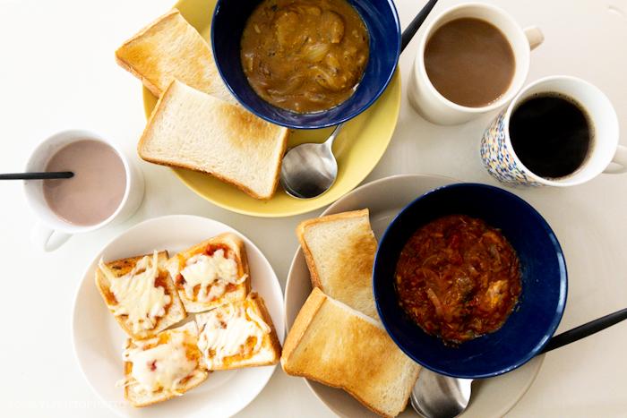 カレーとトースト朝食。ティーマイエロー、ブルー、サンド、リネンとヘレマグの組み合わせ。