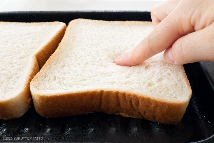 食パンを指でおさえる