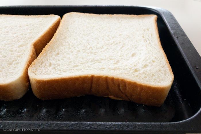 魚焼きグリルトレイにのせた食パン