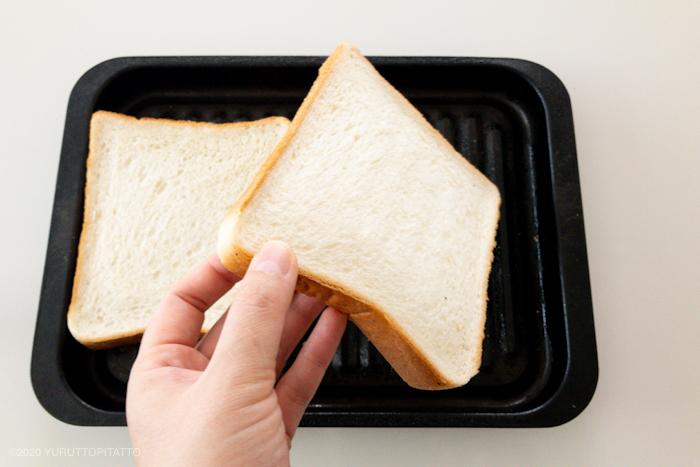 食パンを裏返す
