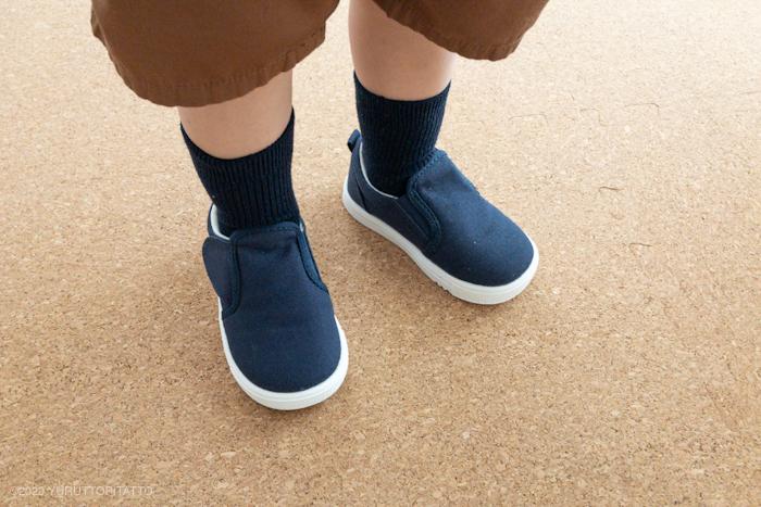 無印良品の軽量撥水スリッポンスニーカーベビーを履いた子どもの足