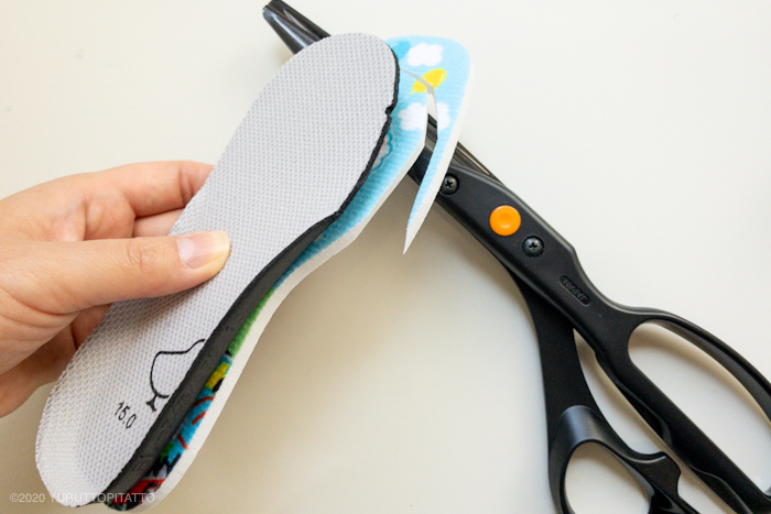 ダイソーの子ども用インソールをはさみで切る