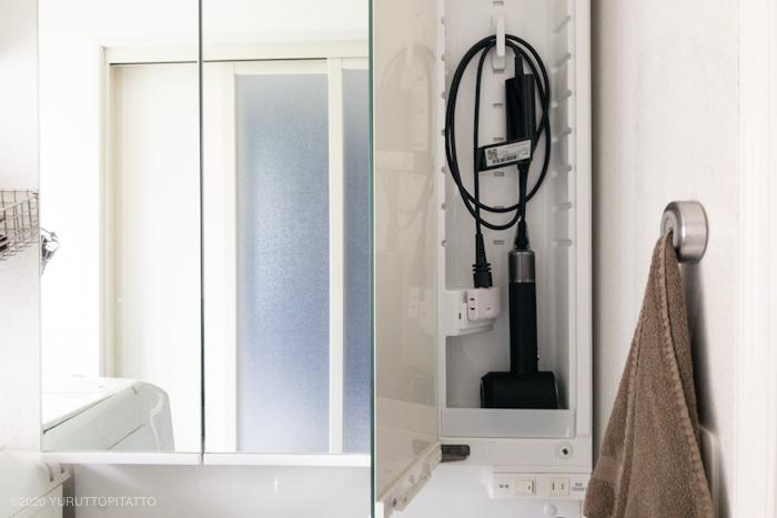 洗面台の鏡裏にダイソンドライヤーの収納