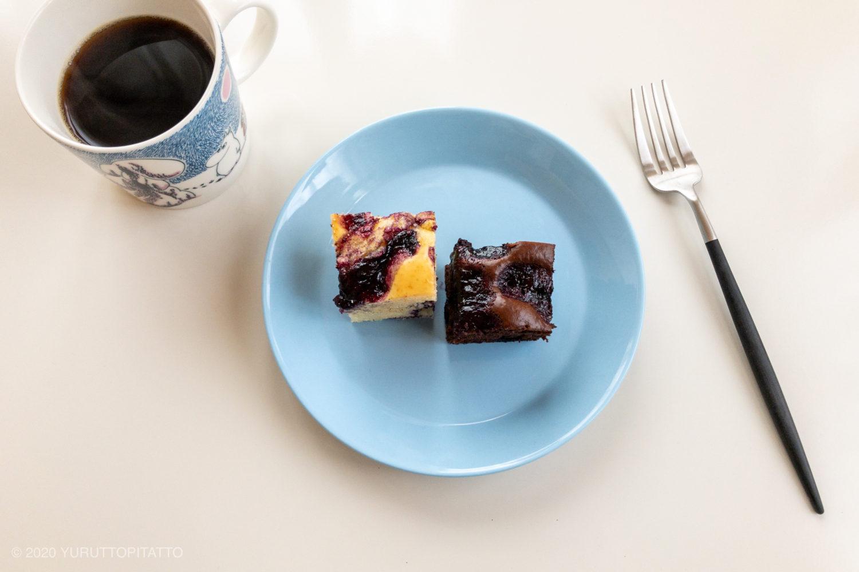ムーミンマグとティーマライトブルーのプレートにのった手作りケーキ