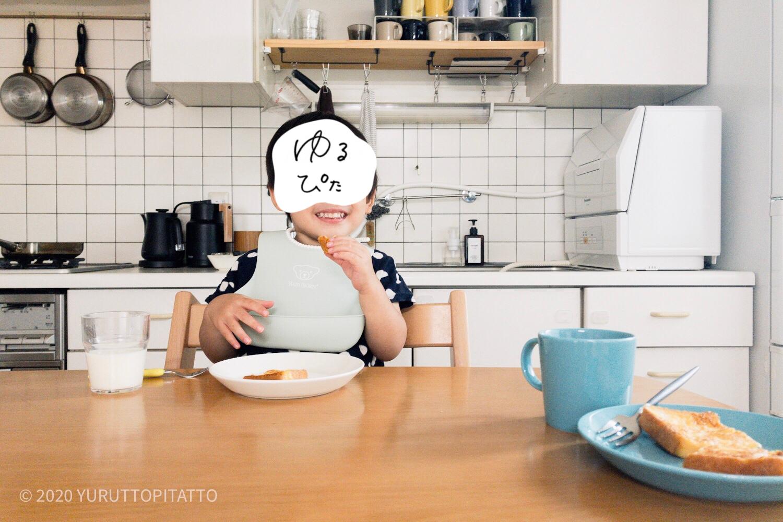 フレンチトーストを食べる子ども