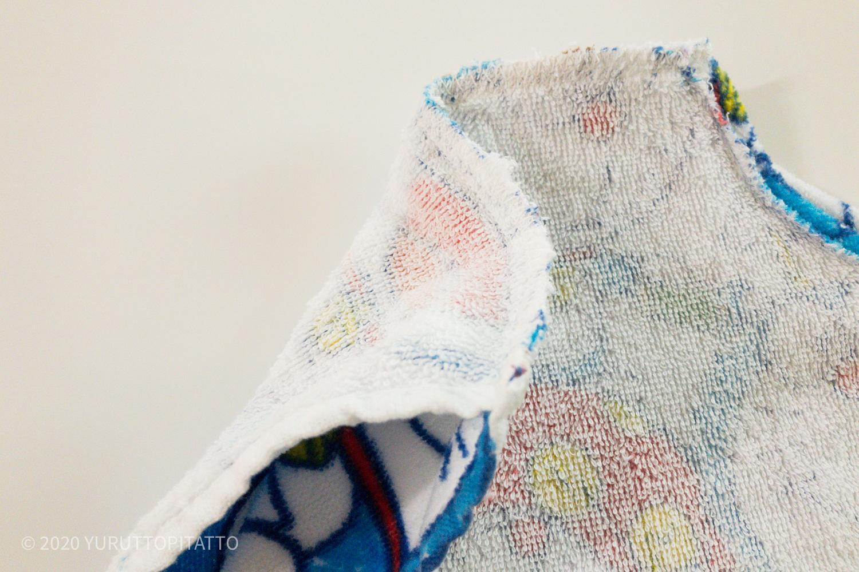 プール用タオルの肩部分を縫う