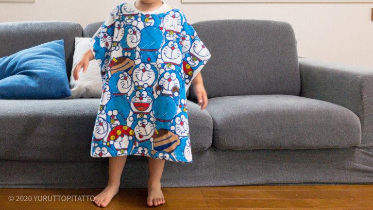 手作りの幼稚園プール用タオルを着用した子ども