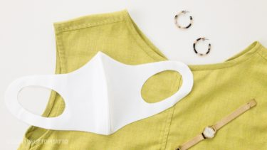 グリーンのワンピースと夏用の接触冷感マスク