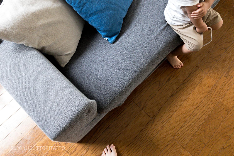 ソファーに座る子ども