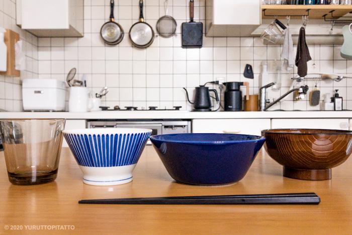 テーブルの上のカルティオ、くらわんか碗、ティーマ、汁碗