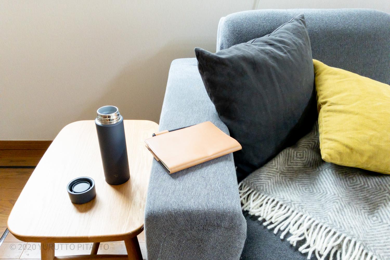 ソファー横のサイドテーブルに置いてあるシームレスせんの象印ステンレスマグボトル