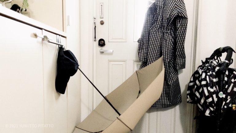 玄関に濡れたレインコートや傘を干している